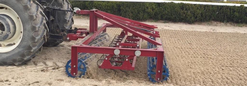 pist kum karıştırıcı kullanılmaktadır. Bu karıştırıcı, pistin düzleştirilmesini sağlamakta ve bu şekilde atlara adil bir yarış ortamı sağlamaktadır. Pist kum düzleştirme